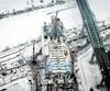 Une vue aérienne du chantier du nouveau pont Champlain et du pont actuel, à droite.