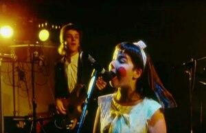 Image du documentaire «Rokk í Reykjavík» (1982), dans lequel Björk apparait avec son groupe Tappi Tíkarrass.