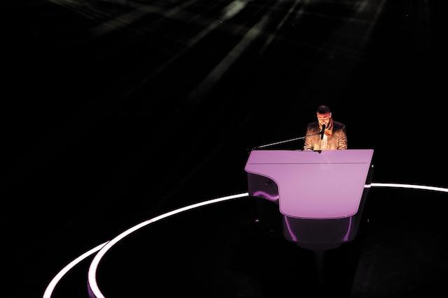 L'artiste s'est installé au piano lors de sa prestation.