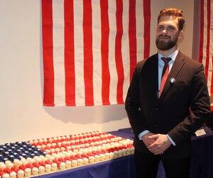 Vincent Boucher, l'un des experts présents lors de la soirée électorale, devant une table remplie de cupcakes formant le drapeau américain.