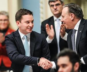 Le ministre de l'Immigration et leader parlementaire Simon Jolin-Barrette est félicité par le premier ministre du Québec François Legault pour le dépôt du Plan d'immigration du Québec pour l'année 2019, mardi, au Salon bleu de l'Assemblée nationale.