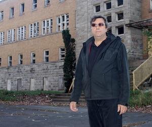 Le propriétaire de l'ancien asile de Sainte-Clotilde-de-Horton, Roger Thivierge s'est dit découragé de devoir barricader l'endroit.