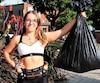 Marianne Riendeau de Rosemère avec le sac d'ordures qui a démarré un mouvement.