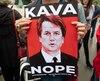 Des manifestants dénoncent la possible nomination du juge Brett Kavanaugh à la Cour suprême des États-Unis, à l'extérieur de la Cour suprême à Washington D.C., en ce 24 septembre.