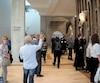 La visite guidée s'est arrêtée dans le Foyer BMO, où se sont offerts en spectacle, à même la foule,un pianiste et une chanteuse d'opéra. Plusieurs visiteurs tenaient à immortaliser leur premier passage au Diamant.