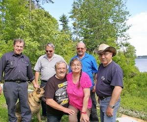 Voici six des huit résidents permanents de la Seigneurie du lac Matapédia (deux épouses étant absentes). De gauche à droite: Rhéo Pelletier, Guy Villeneuve, Jacques Jean et Richard Caron. Au premier plan: Raymond Jean et Janine Canuelle.