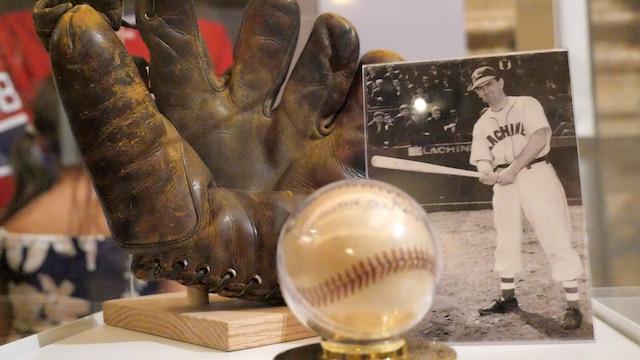 Un gant ayant appartenu à Maurice Richard lorsqu'il jouait pour une équipe de LaSalle.