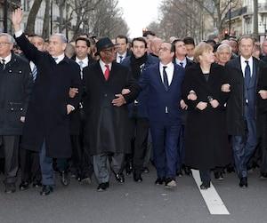 Bras dessus, bras dessous, le président français François Hollande (au centre) marche notamment en compagnie du premier ministre israélien, Benjamin Netanyahou, du président malien Ibrahim Boubacar Keita, de la chancelière allemande Angela Merkel, du président du Conseil européen Donald Tusk et du président palestinien Mahmoud Abbas.