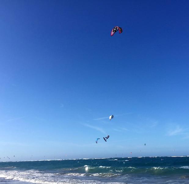 Le saut périlleux des pros de <i>kitesurfers</i> sur la plage de Cabarete.