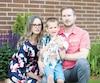 Le petit Ethan, 4ans, entouré de ses parents, Sophie Guilbeault et Eric Fortin, dans leur cour à Varennes.