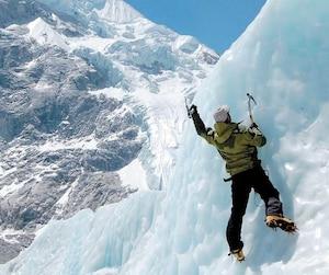 Au cours de son illustre carrière dans les montagnes, le fondateur du centre d'escalade Roc Gyms a pu expérimenter toutes les conditions imaginables en montagne. La glace, la neige et l'altitude n'ont plus de secrets pour François-Guy Thivierge, mais l'alpiniste découvrira d'autres coins du monde qu'il n'a toujours pas explorés à l'occasion d'un périple de 55 montagnes en 55 mois.
