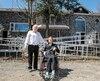 Marcel et Gabriel Raby posent devant la maison en pierre qu'ils ont construite à Saint-Colomban. Une rampe a dû êtreajoutée.