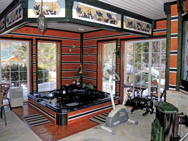 Un pavillon entièrement vitré où il est possible de se détendre dans le spa et le sauna.