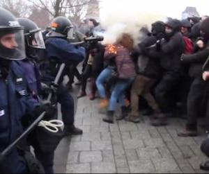 Le policier du SPVQ Charles-Scott Simard accusé d'avoir visé le visage d'une manifestante avec un irritant chimique lors d'une manifestation devant l'Assemblée nationale en mars 2015 témoigne lors de son audition devant le Comité de déontologie.