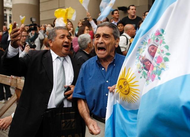 Les Argentins célèbrent le nouveau pape devant la cathédrale  métropolitaine de Buenos Aires, siège de l'archidiocèse de la ville.