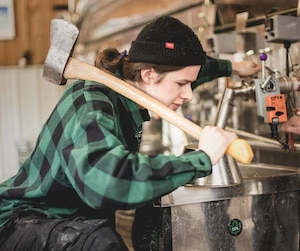 Pierre-Jean, le cadet des quatre frères Moreau, des fanatiques de snowboard et aussi des producteurs de sirop d'érable.