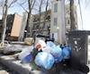 En 2015, des modifications avaient été apportées aux méthodes et collectes des déchets par la Ville de Québec. Sur cette photo prise en avril 2015, on peut voir des rebuts qui jonchaient la 12e Rue, dans le quartier Limoilou.