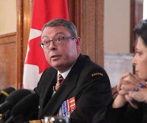 Le vice-amiral Mark Norman a rencontré les médias, le mercredi 8 mai 2019, à Ottawa, quelques heures après que le Service des poursuites pénales du Canada eut retiré l'accusation portée contre lui.