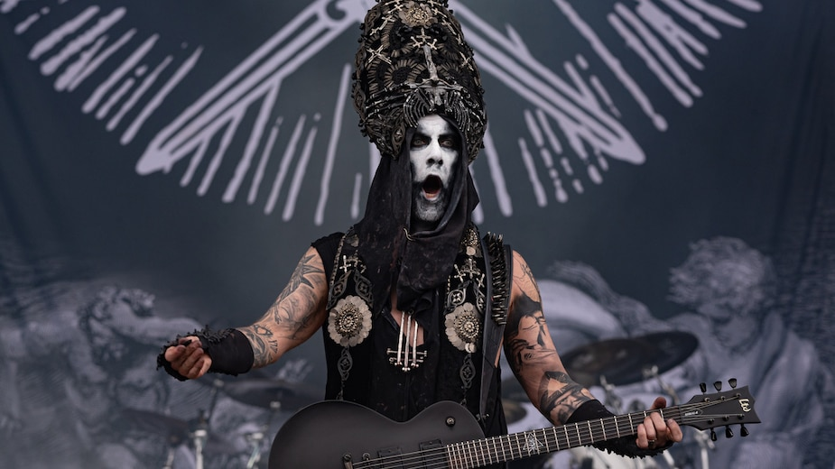 Un couple coquin fan de Behemoth se «gâte»