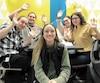 Camille Vachon en compagnie d'étudiants du Cégep de Saint-Jérôme, lundi dernier. La Laurentienne participe à un concours international pour remporter un voyage en Antarctique en vue de faire de la sensibilisation aux changements climatiques auprès des jeunes.