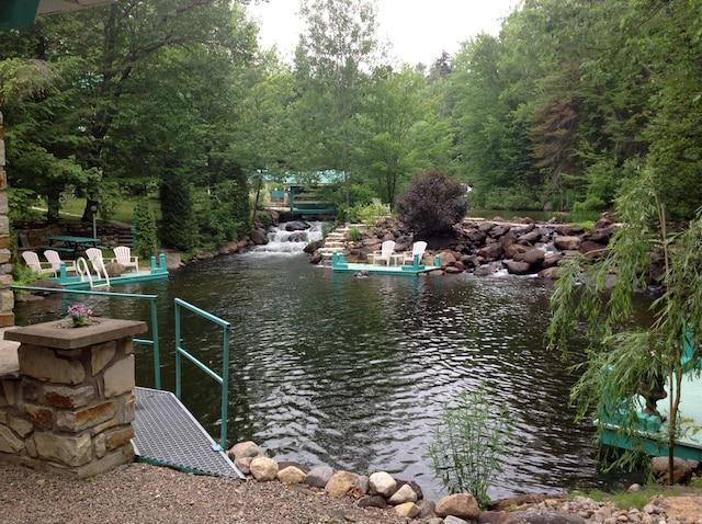 Il est possible de se baigner dans la rivière qui serpente le gîte