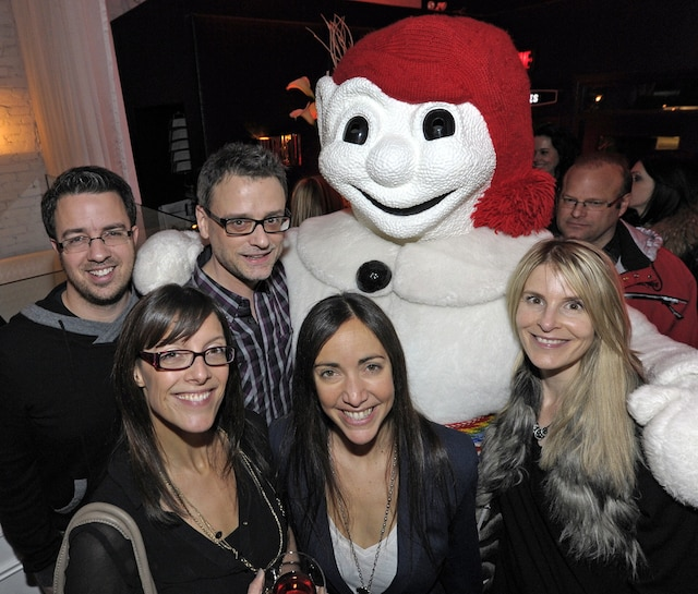 L'équipe de Rouge FM: les animatrices Caroline Dumont, Marie-Christine Champagne et Isabelle Juneau, en compagnie des animateurs Frédéric Audet et Christian Coderre et de nul autre que Bonhomme Carnaval, qui a fait une visite-surprise!