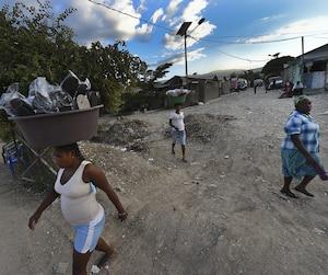 Des femmes se promènent dans le camp Carra 2