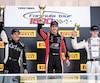 Bertrand Godin (à gauche) et Zachary Vanier (à droite) ont accompagné le vainqueur, Olivier Bédard, sur le podium, hier, à l'issue de la deuxième course de F1600 de la fin de semaine.