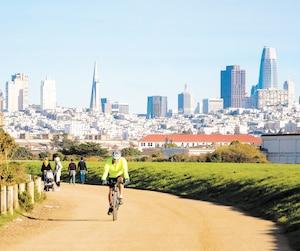 Le parc Crissy Field, au pied du pont Golden Gate, accueille de nombreux randonneurs et cyclistes, à San Francisco, en Californie.