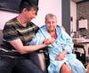 Josée Thibodeau regarde avec affection sa sœur Johanne qui vit ses derniers jours dans un centre de soins palliatifs.