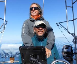 Sophie Arsenault et André Pineault ont installé une éolienne et un panneau solaire sur leur voilier de 40 pieds.