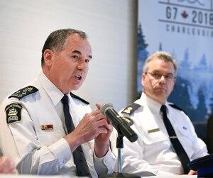 Le chef du Service de police de la Ville de Québec, Robert Pigeon, l'officier responsable des opérations pour la GRC, Christian Côté, et le porte-parole de la Sûreté du Québec, Jason Allard