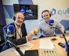 Antoine Robitaille et Jonathan Trudeau, mimosas à la main, qui inaugurent le nouveau studio de QUB radio à Québec.