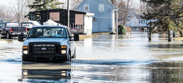 Les véhicules peinaient à circuler dans certaines rues de Louiseville.