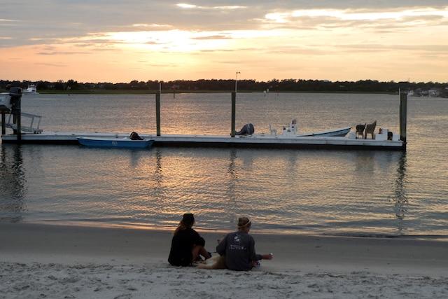 Doux coucher de soleil dans la baie de Wrightsville Beach.