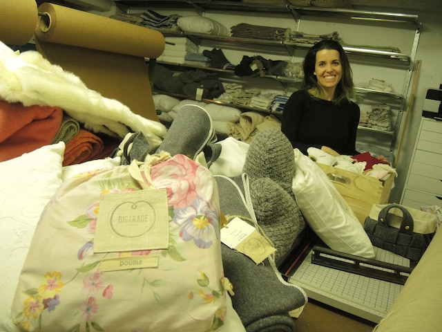 Geneviève Lorange a créé son entreprise Bigarade il y a quelques mois et confectionne de la literie à partir de tissus d'époque.