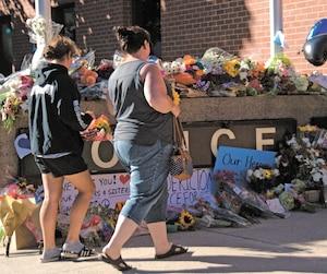 Brandy Stafford et sa fille Julia Hebert ont déposé des fleurs en l'honneur des deux policiers tués hier.