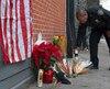 Un mémorial a été dressé hier à l'endroit où deux policiers new-yorkais ont péri, dans l'arrondissement de Brooklyn. Wenjian Liu et Rafael Ramos auraient été abattus samedi dans leur voiture par Ismaaiyl Brinsley, qui les aurait atteints à la tête.