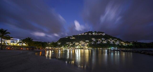 La nuit, le Windjammer Landing Villa Beach  Resort prend tout son charme.