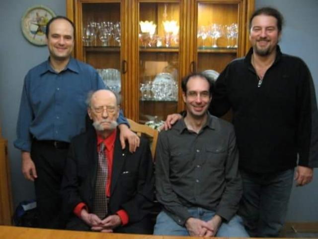 Pierre Demers et ses trois fils. Thierry, 50 ans, à gauche. À droite assis, Patrick, 55ans, et debout, Joël, décédé l'an dernier à l'âge de 52ans. «Ça a été un choc et ça a contribué à l'affaiblir», affirme Patrick Demers.