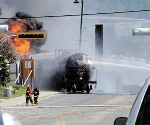 Près de cinq ans après la tragédie de Lac-Mégantic, les plaies restent vives, en particulier chez les jeunes qui étaient adolescents au moment de l'accident ferroviaire. Sur la photo, les pompiers arrosent l'un des 72wagons-citernes contenant du pétrole brut léger qui a explosé.