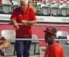 Après avoir vaincu ses compatriotes, le Cubain des Aigles de Trois-Rivières, Julio Martinez, discute avec le président de la fédération de baseball de Cuba, Hininio Velez.