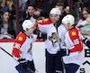 Jussi Jokinen (à gauche) et Aleksander Barkov (à droite) célèbrent un but inscrit par leur coéquipier Aaron Ekblad, le 5 mars dernier.