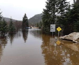 Les deux policiers de la SQ ont procédé au sauvetage des usagers de la zec qui étaient pris au piège par une inondation le 24 avril dernier.