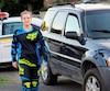 Julicia Forget se trouve à côté du véhicule de l'accusé qu'elle a filé sur quelques kilomètres dans les rues de Drummondville mercredi soir.