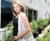 Orlane Panet-Gigon, cofondatrice de MicroHabitat qui conçoit et installe des jardins dans les cours, sur les balcons et sur les toits.
