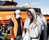 Des réfugiés secourus en Méditerranée par la Croix rouge débarquent à Vibo Marina, dans le sud de l'Italie.
