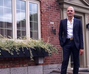 Joseph Montanaro, courtier immobilier de l'agence Sotheby's, se trouve devant une des maisons qui vaut plus d'un million de dollars à Montréal.