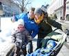 Simon Charron et Camille Perreault, accompagnés de leurs enfants Floralie, 5 ans, et Lou-Félix, 9 mois, ont amplement profité d'une journée ensoleillée pour se promener sur la place Jacques-Cartier, dans le Vieux-Montréal, dimanche.