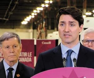 Justin Trudeau, flanqué ici du ministre des Ressources naturelles Jim Carr, s'est défendu vigoureusement mardi à Winnipeg dans l'affaire SNC-Lavalin.